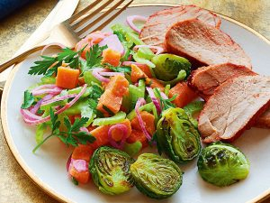 Запеченная свинина с салатом из моркови
