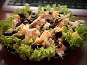 Салат с курицей маслинами и сыром