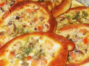 Булочки «Лодочки» с луком, сыром и помидорами