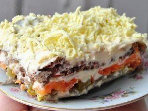 Слоеный салат «Печенкин» с морковью