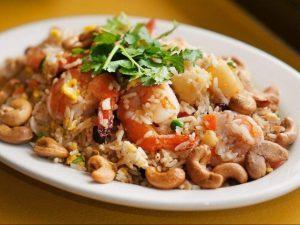 Рис с креветками и ананасом