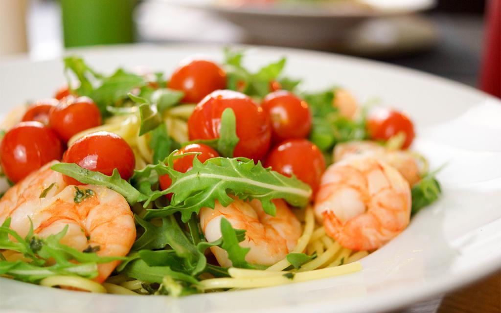 Салат из рукколы с креветками и помидорами черри