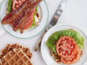 Вафельный сэндвич с беконом, салатом и помидором