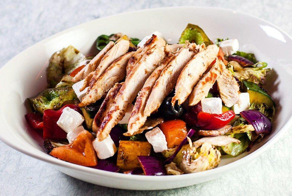 Салат с запечённой куриной грудкой