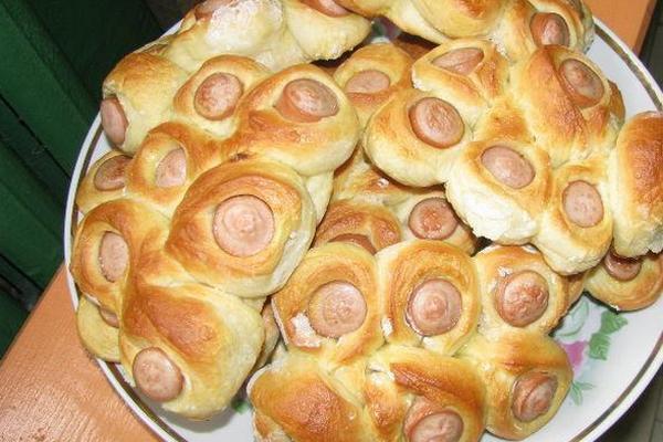Дрожжевые булочки с сосисками по-домашнему