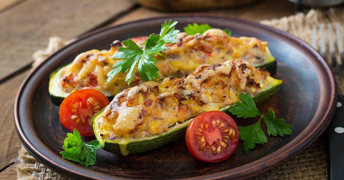 Фаршированные кабачки с курицей, сыром и помидорами