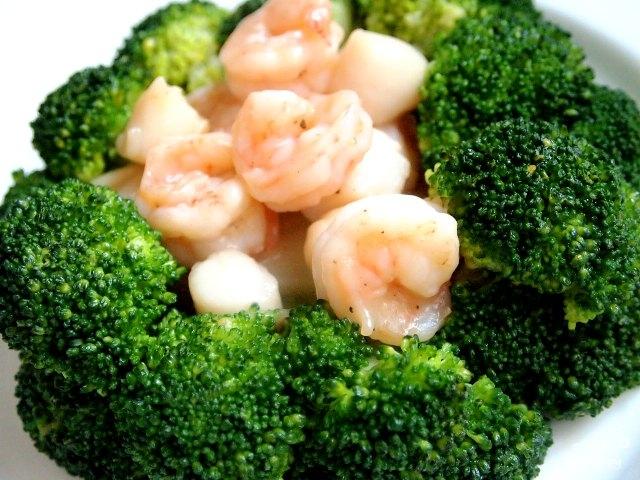 Брокколи с морепродуктами, чесноком и соевым соусом