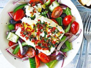 Греческий салат с поджаренным сыром