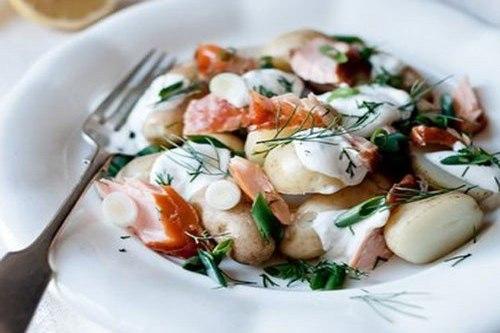 Картофель с копченым лососем под соусом из йогурта