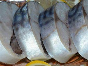 Маринованная скумбрия с луком и уксусом