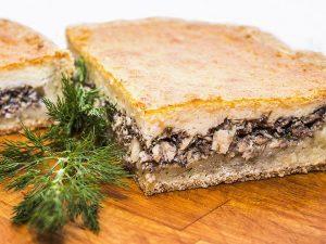 Заливной пирог с рыбными консервами и рисом