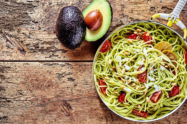 Спагетти с авокадо, томатами и лаймом