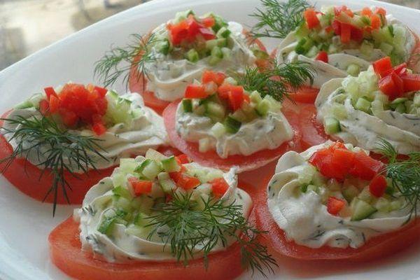 Закусочные помидоры с творогом и чесноком