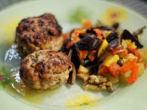 Мясные зразы с грибами, луком и огурчиками