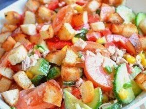 Салат из овощей с курицей и сухариками