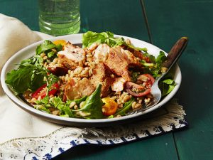 Теплый салат с лососем и перловкой