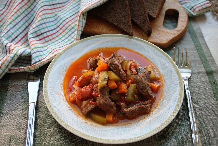 Азу по-татарски из говядины с солеными огурцами