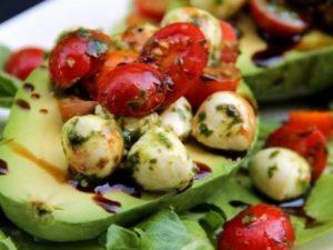 Авокадо фаршированный помидорами и сыром