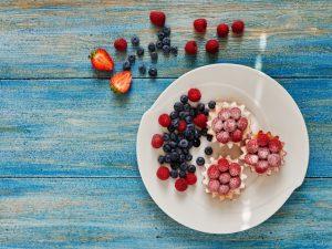 Лёгкие тарталетки с йогуртом и ягодами