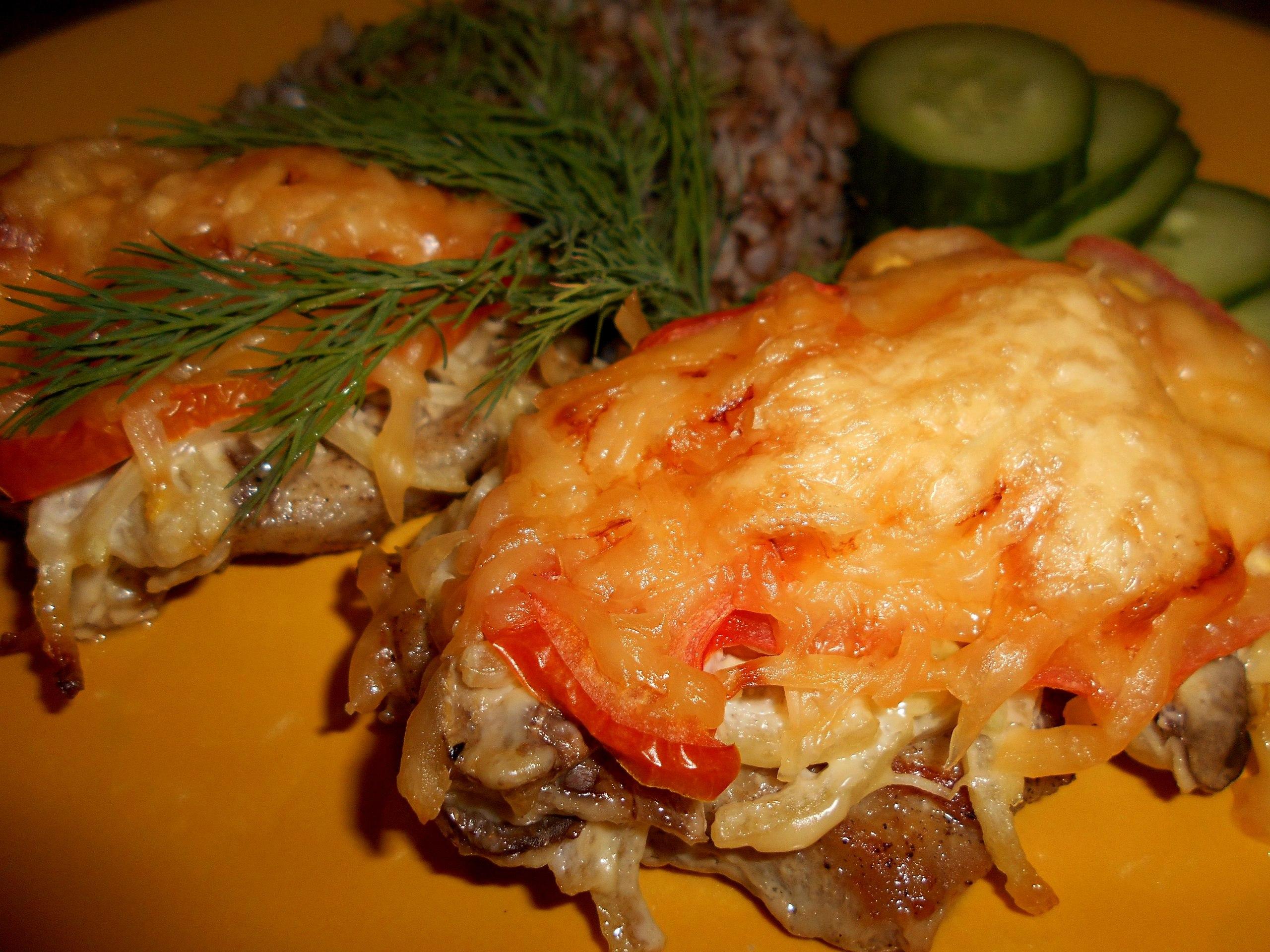 Говядина с сыром и грибами в духовке
