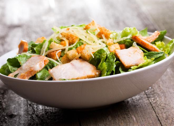 Салат «Цезарь»: рецепт с курицей и пармезаном