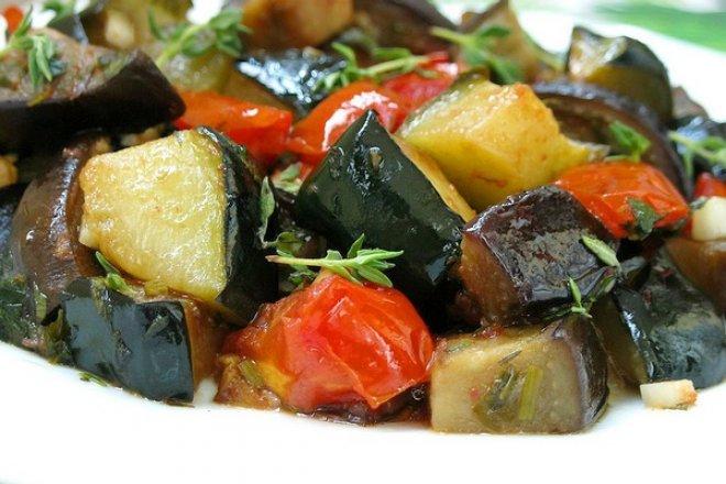 Ароматное рагу с кабачками и баклажанами