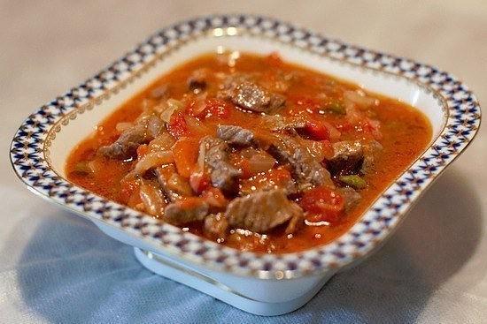 Говядина с овощами в томатном соусе
