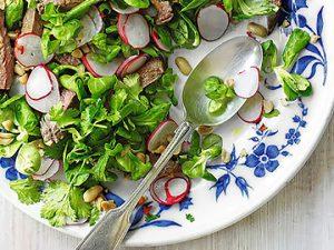 Салат с авокадо, семгой и перепелиными яйцами