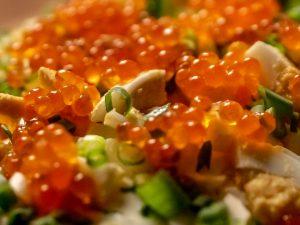 Салат из морской капусты с красной икрой