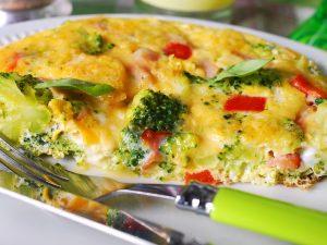 Рыбка в омлете с овощами