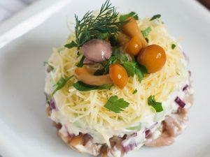 Слоеный салат с авокадо и грибами