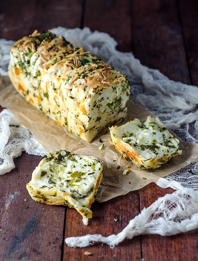 Домашний хлеб с сыром и чесноком