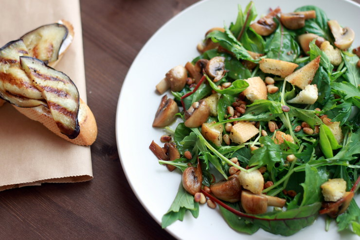 Постный салат с грибами, сухариками и кедровыми орешками