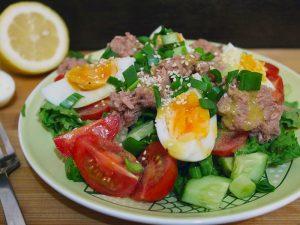 Пряный салат с курицей в соевом соусе