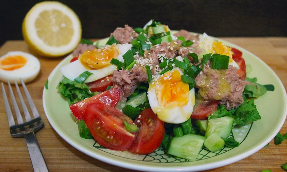 Салат с тунцом, помидорами и яйцами