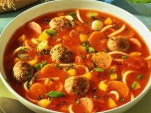 Итальянский томатный суп с сосисками и вермишелью