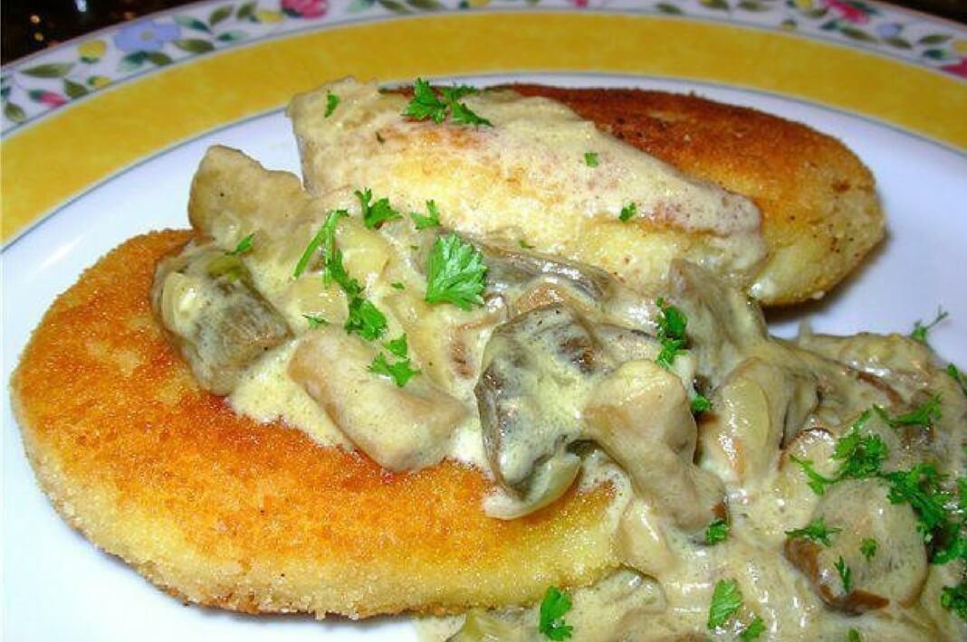 Картофельно-грибные котлеты со сметанным соусом