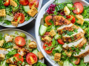 Салат с курицей, овощами и моцареллой