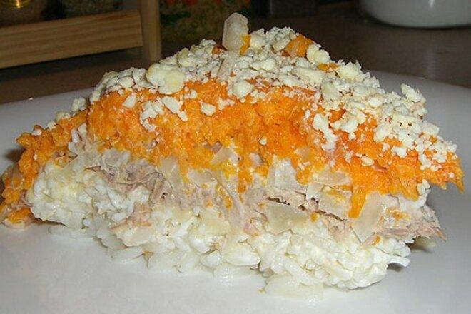 Слоеный салат «Мимоза» с рыбой и рисом