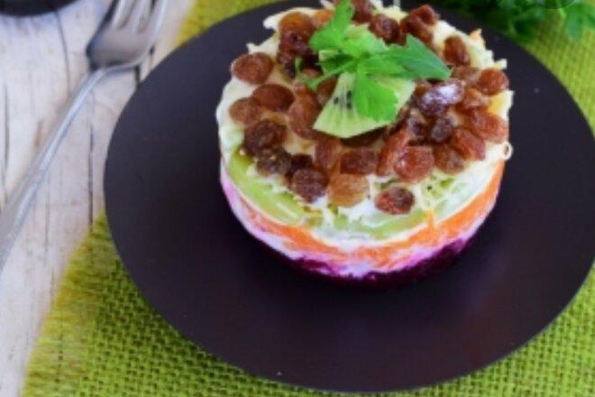 Слоеный салат со свеклой, морковью, киви и изюмом