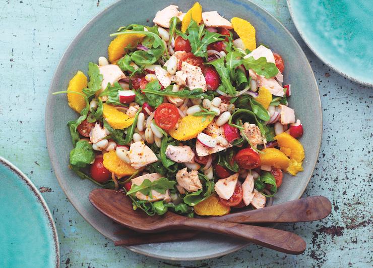 Салат с копченым лососем и фасолью