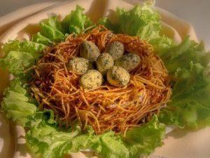 Традиционный салат «Гнездо глухаря»