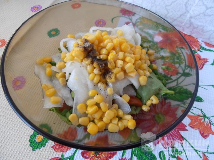 Салат из помидоров, огурцов и сладкой кукурузы