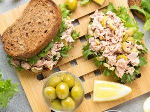 Бутерброды с тунцом и оливками