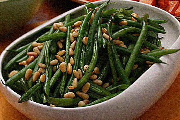 Зеленая фасоль с сыром и орехами