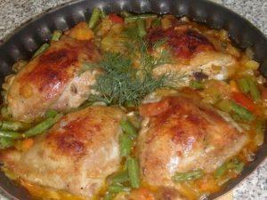 Куриные бедрышки с овощами в духовке