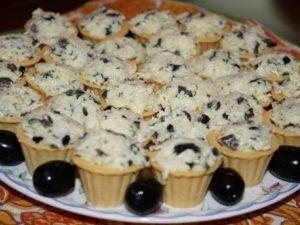 Закусочные тарталетки с сырным салатом