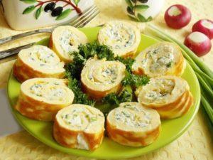 Яичный рулет с сыром и зеленью