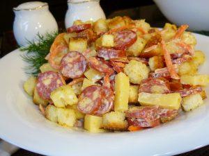 Салат с охотничьими колбасками и сухариками