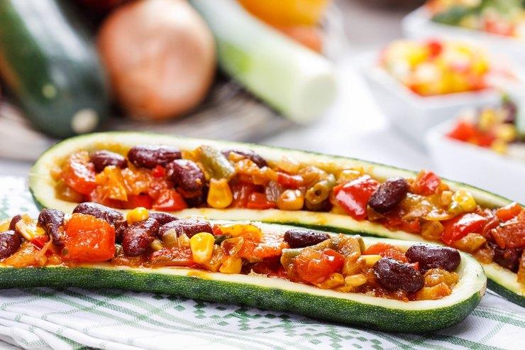 Запеченные кабачки с овощной начинкой